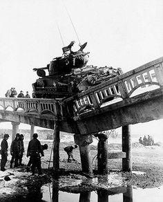 Ce pont n'a pas résisté au poids de ce char US