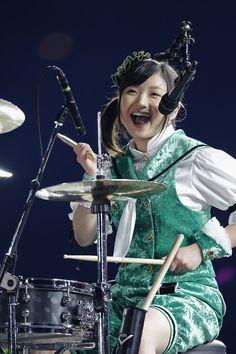 4月2日公演での有安杏果のソロパフォーマンスの様子。(Photo by HAJIME KAMIIISAKA+Z) Little Giants, Girl Group, Idol, Singer, Concert, Music, Momoiro Clover, Anime, Play