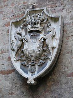 Stemma in pietra della famiglia Borromeo Arese