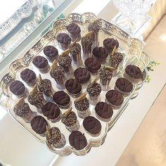 Acordando e desejando estes doces lindos da @isabelayeneschocolatier! São os melhores da vida! Ela arrasa demais! Quem aí é pirada em brigadeiro e trufa?