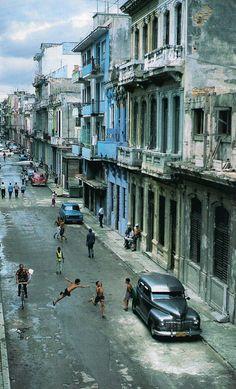 Juzgando por el automóvil, esto será en las calles de la Habana, Cuba.