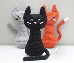 Meow! I've got a PURRfect pattern for all you cat lovers! How cute are these crochet cats sitting so pretty with their long (bendable!) tails and colored safety eyes. Another simple pattern so you can easily make more than one! My daughter couldn't wait to get her hands on these snuggly kitties! Materials: – Bernat Super Value …