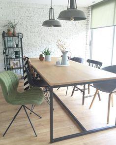Verschillende stoelen aan de eettafel #zuiver #hay #hkliving different chairs around the dining table #vintage #shelfie #gold #blackwhite #interior #homedetails #interior4all #roomforinspo #interiordetails #styling