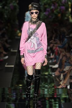 See the complete Moschino Spring 2018 Ready-to-Wear  collection.
