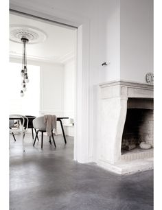 Concrete floors and fireplace, classic white walls and that drop globe chandelier Style At Home, Interior Architecture, Interior And Exterior, Modern Interior, Classical Architecture, Minimalist Interior, Minimalist Decor, Deco Design, Concrete Floors