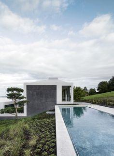 Das Wasserbecken reicht bis an die verglasten Wohnräume   Think Architecture ©Radeck Brunecky, Zürich