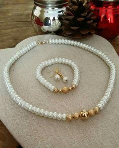 Juego en perla cristal y chapa de oro. Por Moni G.