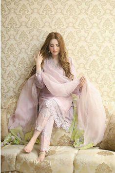 Simple Pakistani Dresses, Pakistani Bridal Dresses, Pakistani Dress Design, Pakistani Outfits, Indian Outfits, Pakistani Lawn Suits, Pakistani Girl, Punjabi Suits, Pakistani Fashion Party Wear