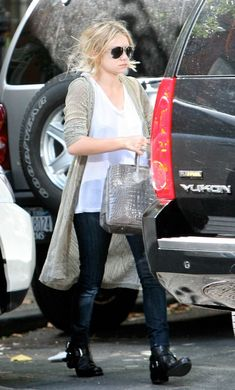 Ashley out in NYC wearing a long cardigan, white tee, denim and moto boots, Get the look. Mary Kate Ashley, Mary Kate Olsen, Casual Chic, Olsen Fashion, Olsen Twins Style, Ashley Olsen, Moto Boots, Combat Boots, Long Cardigan