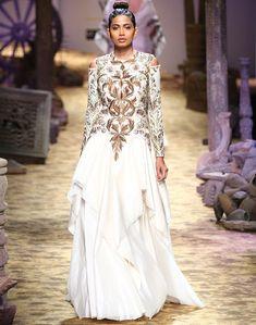Индия это очень красивая, волшебная , самобытная и загадочная страна! С первого взгляда кажется, что она застыла в своей древней истории и в ней ничего, в том числе и мода не меняются с течением времени! Однако, это не так! В последнее время Индия стала постоянно представлять своих дизайнеров и их коллекции на мировых подиумах, а так же ежесезонно проводит свои собственные индийские недели моды —…