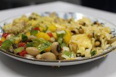 Prato com salada, baião-de-dois e feijão-tropeiro produzidos com feijão-caupi