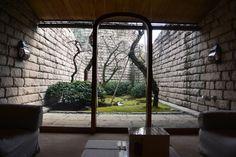 しだれ梅 例年:2月上旬~3月上旬 静岡市立芹沢銈介美術館 静岡県静岡市駿河区登呂5-10-5 TEL 054-282-5522 ーー 2014年2月19日 芹沢銈介没後30年記念「ふるさとへの思いー芹沢銈介の日本」を見に出かけました。趣のある美術館特別室の坪庭にしだれ梅が見頃とのことで楽しみ。  美術館は建築家白井晟一(しらい せいいち)の設計による石、木、水という天然素材を選んで構成された建物「石水館」で四季折々美しい。入口には現在開催中の「ふるさとへの思いー芹沢銈介の日本」の案内としだれ梅の案内。  アプローチの中庭には綺麗な樹形の寒椿。噴水を背に紅の花が迎えてくれました。   美術館で芹沢銈介の作品を鑑賞し特別室の坪庭で、しだれ梅を見ながら休憩。室内から眺める坪庭は美術作品のようです。   しだれ梅は美術館開館時、植栽され33年。坪庭ですので風通しは余りよくなく、陽の光は通りますがだいぶ弱ってきているとのこと。紅梅・白梅あわせて7本。一時のように庭いっぱいに花が枝垂れることはないそうですが、若木が育ってきています。若木の成長が楽しみ。…