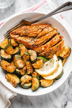 Asado Chicken and Sautéed Lemon Zucchini - #chicken #recipe #eatwell101 - Juicy and flavorful, this healthy chicken recipe is perfect for summer BBQ, memorial day cookout or any weeknight dinner. - #recipe by #eatwell101