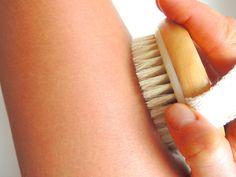 Trockenbürsten steigert die Blut- und Lymphzirkulation und kann Cellulite reduzieren. Es ermöglicht der Haut, besser zu atmen.