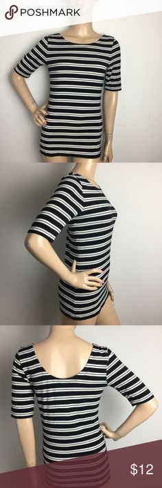 """⚓️Banana Republic Striped Black & White Tee Small ALL MEASUREMENTS ARE TAKEN WITH GARMENT LYING FLAT: SLEEVES: 11.5"""" BUST: 16"""" WAIST: 15"""" LENGHT: 25"""" Banana Republic Tops Tees - Short Sleeve"""