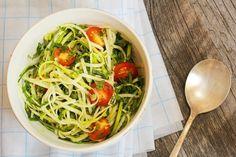 Zucchini-Nudeln mit Dukkah – Dukkah ist ein Wundergewürz aus Ägypten. Ein Gemisch aus Nüssen, Gewürzen, salz und Pfeffer. Zusammen mit den vegetarischen Zucchini-Nudeln entsteht eine wahre Geschmacksexplosion die seinesgleichen sucht. http://www.diaeten-mit-gesunder-ernaehrung.de/gesunde-rezepte/salate-snacks-teil-5/zucchini-nudeln-mit-dukkah/