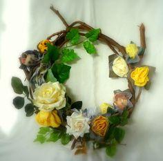 Guirlanda com ramos de videira, naturais. Flores de tecido e cetim. Coloque um toque da primavera na sua casa. R$45,00