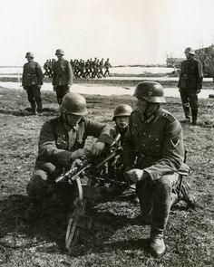 Soldiers of the Blue Division with MG 34 during training for the Eastern Front, 1941.
