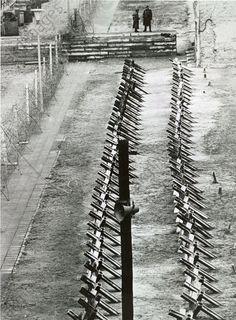 Berlin Wall / Anti-tank barriers / 1961Berlin, Berlin Wall. Anti-tank barriers at the Heinrich-Heine-Strasse border crossing. Photo, 5 December 1961.