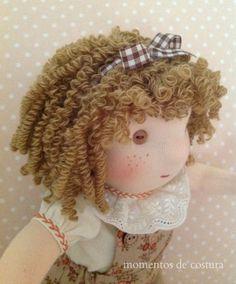 Si quieres hacer una muñeca con pelo rizado y no sabes cómo, aquí te pongo los pasos a seguir para que te quede como esta:          Que gr... Sock Dolls, Felt Dolls, Doll Wigs, Doll Hair, Crochet Amigurumi, Amigurumi Doll, Doll Crafts, Diy Doll, Fabric Toys