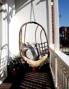 Egg shaped suspended chair - Also for small balcony!