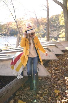 A yellow duffle coat and blue jeans are both versatile staples that will integrate well within your day-to-day off-duty collection. Rounding off with dark green rain boots is a fail-safe way to inject a touch of playfulness into your outfit. Fall Fashion Outfits, Fall Winter Outfits, Look Fashion, Autumn Winter Fashion, Fashion Models, Green Rain Boots, Blue Rain, Snow Boots, Outfits Inspiration