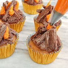 Celebrate Firework Night in style with some fiery sweet treats. Bonfire Night Treats, Bonfire Cake, Bonfire Night Food, Campfire Cupcakes, Beach Bonfire, Cupcake Recipes, Dessert Recipes, Fireworks Cake, Tesco Real Food