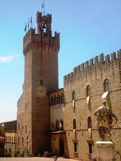 http://photos.streamphoto.ru/6/7/5/dbcb40c34710784b112ecae73346d576.jpg Мэрия занимает Палаццо дей Приори с зубчатыми стенами (14 в.). Рядом высится мощная башня (1337 г.) с часами 15 века.