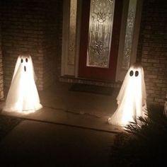 Diy Halloween Ghosts, Bolo Halloween, Adornos Halloween, Halloween Porch Decorations, Halloween Party Decor, Holidays Halloween, Diy Halloween Lighting, Outdoor Halloween Lights, Diy Ghost Decoration