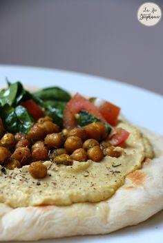 Recettes du pain pita fait maison, servi avec de l'houmous, des pois chiches grillés et une salade de tomates et épinards. Un délice tout végétal!