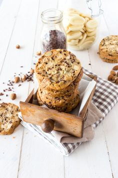 Cookies au Chocolat Blanc, Amandes et Grué de Cacao Oatmeal Coconut Cookies, Cocoa Cookies, Cake Cookies, Yummy Things To Bake, Patisserie Vegan, Chocolate Oatmeal, Almond Chocolate, White Chocolate, Desserts With Biscuits