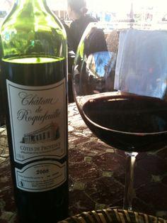 Ikke noe som en dag i gamlebyen i Nice med et deilig glass rødvin! Får dere tak i denne vinen - løp og kjøp! Dere, Red Wine, Alcoholic Drinks, Bottle, Places, Food, Wine, Flask, Essen