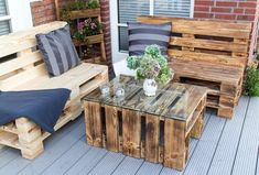 Extra seating position with DIY furniture at Garden - armchair, sofa or bench in pallet 75 Photos - TrendsForLadies Banquette Palette, Table Palette, Palette Diy, Diy Furniture Covers, Turquoise Cushions, Deco Marine, Making A Bench, Wooden Swings, Shops