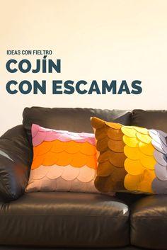 Cojines con escamas de fieltro➜  Recorta círculos de fieltro y convierte esos cojines básicos que no te convencen en unos cojines personalizados perfectos para tu sofá. #DIY #Decoración #Cojines  #Handfie
