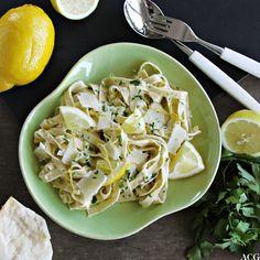 Pasta al limone er en enkel men utrolig smakfull pastarett. Sausen er frisk og syrlig, men likevel rund og fyldig. Server med parmesanost og bladpersille.