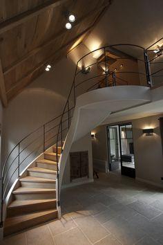 Atelier op Zolder - Project 03 - Ruime hal met houten trap met zwarte leuning