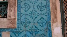 Find different patterns and #tiles compositions everywhere in #Lisbon buildings. #LINCE