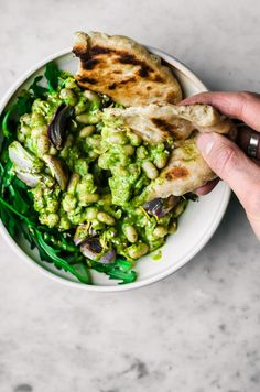 This healthy vegan white bean salad is mixed with a spring-green lemon herb dressing, and turned into a meal with rucola, naan, and roasted shallots. Whole Food Recipes, Cooking Recipes, Cooking Tips, Vegetarian Recipes, Healthy Recipes, Vegetarian Sandwiches, Going Vegetarian, Clean Eating, Healthy Eating
