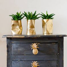 I couldn't find the shabby glam planters I wanted for my table so I made my own. It only took me 10 minutes to make these crushed gold DIY planters. Diys, Bee Creative, Creative Crafts, Diy Y Manualidades, Wie Macht Man, Gold Spray Paint, Gold Diy, Diy Planters, Planter Ideas