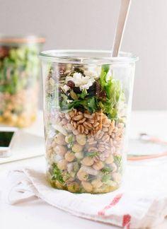 Salade pois chiches en bocal Le bon mix : pois chiches + oignons + persil + blé + salade verte + graines de courge + raisins secs + feta émiettée