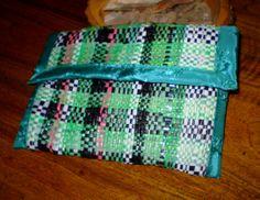 Bolso pequeño de material reutilizado (bolsas de polietileno de colores) cortado en tiras para tejer en un bastidor.