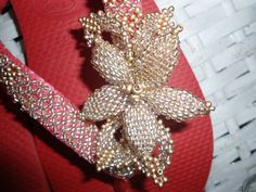 chinelo havaiana na cor vermelho bordado com miçangas furtacor para o dourado R$ 95,00