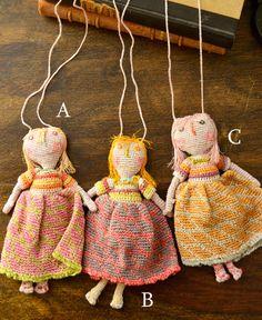 素朴でかわいいタンポポ(pissenlite)と名付けられたドールネックレス。 子どものデッサンをベースに、リネン糸で作られた人形は、 個性的でキャラクター性を感じられる作品です。 上質リネン糸を一針一針丁寧に編ま込んだ、細かいパーツ作りはハンドメイドならでは。 タンポポから受けたイマジネーションを表現し遊び心をプラスしたネックレスは、 ソフィ・ディガーのセンスがキラリ。アクセサリー代わりにファッションのアクセントとしてプラスするのも楽しい作品。※A,B,C の3タイプからお選びください。design in paris, hand made in madagascar size : about 15 x 7 cm...
