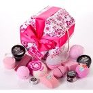 Think Pink Gift set - Lush does an all pink set. Lush Cosmetics, Handmade Cosmetics, Lush Gift Set, Gift Sets, Lush Shop, Water Tub, Lush Fresh, Relax, Lush Bath