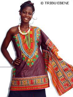 Expression d'élégance. Robe coupée avec un style moderne et asymétrique à une large manche en   tissu africain imprimé à motif Java (100% coton) . Très sexy et arrivant à mi genoux. Peut être également portée comme un Haut sur un pantalon.  Exclusivité Tribu Ebène et disponibilité sur www.tribuebene.fr