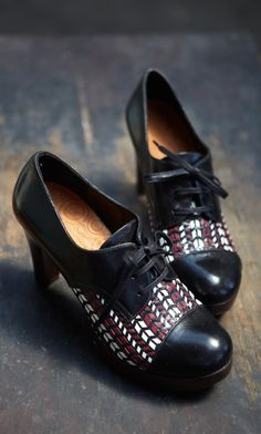 Classic Brogues Shoes For Men and Women (68)