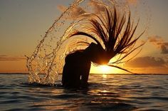 Motion of the ocean ! Splash Fotografia, Summer Pictures, Cool Pictures, Hair Flip, Sunset Photography, Sunset Photos, Tumblr Girls, Beautiful Sunset, Summer Vibes
