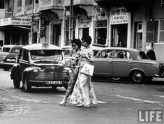 "vintage everyday: Vintage Photos of Vietnamese Women Dressing in ""Ao Dai"" on the Streets of Saigon in the Saigon Vietnam, South Vietnam, Vietnam War, Ao Dai, Vintage Photographs, Vintage Photos, Vintage Postcards, Style 60s, Good Morning Vietnam"