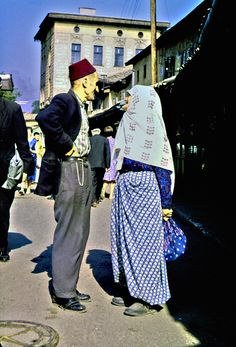 Paar in Sarajevo, Bosnien-Herzegowina. früher Jugoslawien, 1964, by Werner Hense Old Pictures, Old Photos, Vintage Photos, Countries Europe, Sarajevo Bosnia, Southern Europe, Islamic World, The Beautiful Country, Isle Of Man