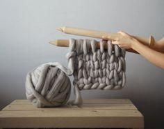 La diseñadora ucraniana Anna Mo crea mantas súper gruesas tejidas a mano, que son perfectas para acurrucarse en el sofá. Utilizando lana merino 100% australiana y agujas de madera de 40mm, Mo crea los tejidos de punto grueso más gruesos que hay